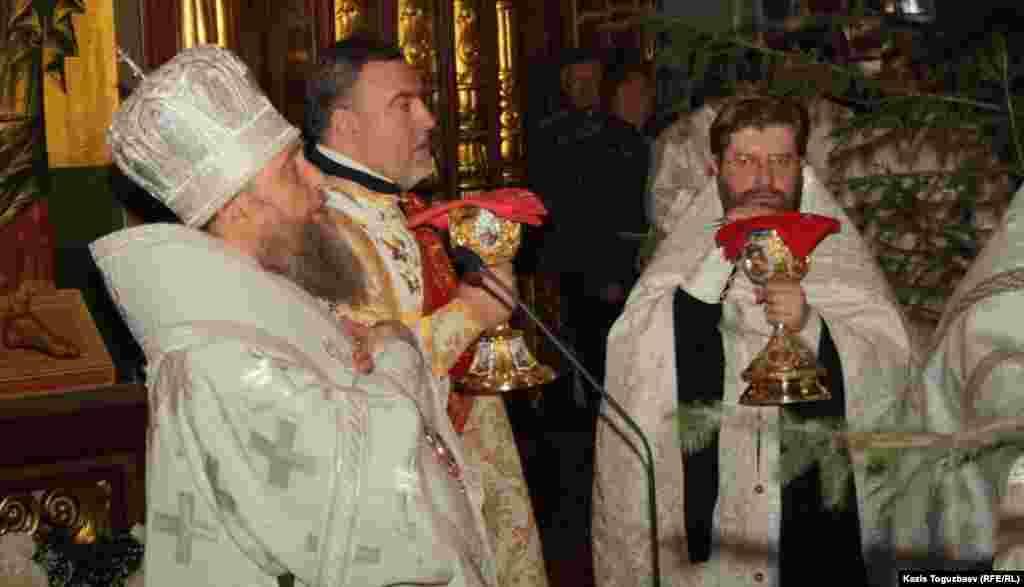 Митрополит Астанайский и Казахстанский Александр проводит праздничное богослужениев Свято-Вознесенском соборе.Алматы, 6 января 2013 года.