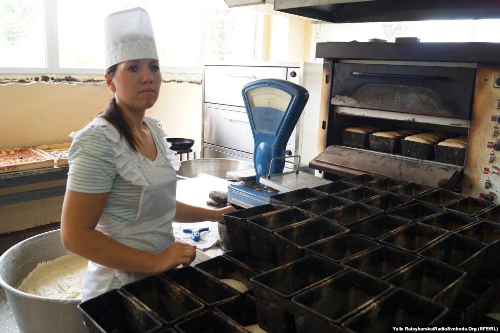 Тут випікають хліб і здобу для власних потреб та ще для однієї частини