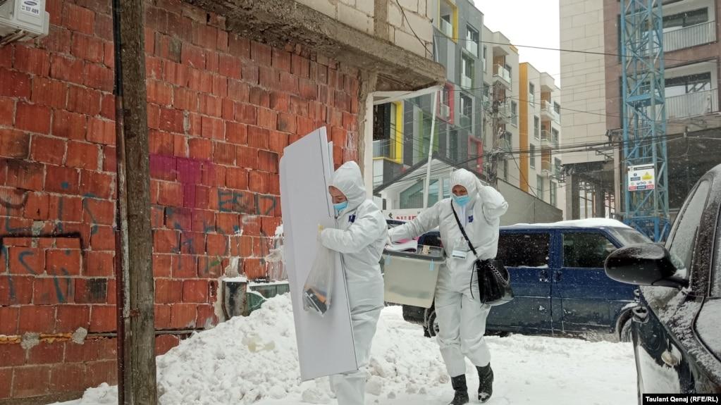 Moti i ftohtë dhe bora vështirësojnë lëvizjen e ekipeve mobile.
