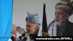 Ашраф Ғани суретінің алдында сөйлеп тұр. Ауғанстан, 16 ақпан 2012 жыл. (Көрнекі сурет)