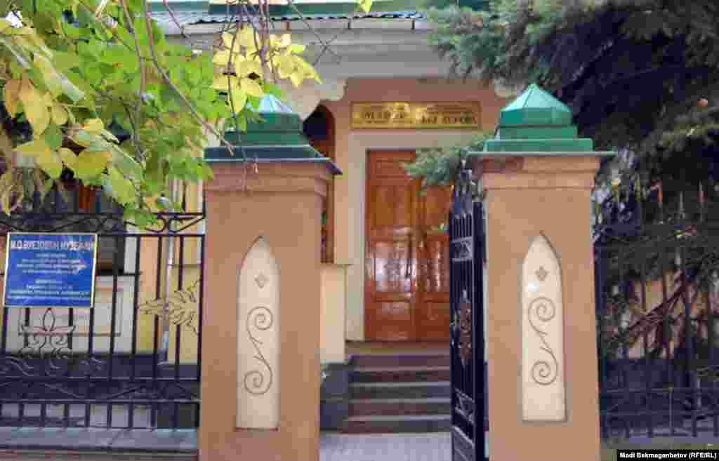 Дом казахского писателя Мухтара Ауэзова, в котором он жил последние 10 лет жизни. На первом этаже коттеджа три комнаты, на втором — четыре.