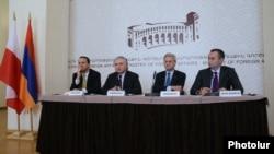 Слева направо: министры иностранных дел Польши, Армении, Швеции и Болгарии на встрече с журналистами, Ереван, 14 декабря 2012 г.