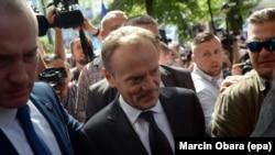 Глава Европейского совета Дональд Туск в окружении представителей СМИ на пути в прокуратуру для дачи показаний. Варшава, 3 августа 2017 года.