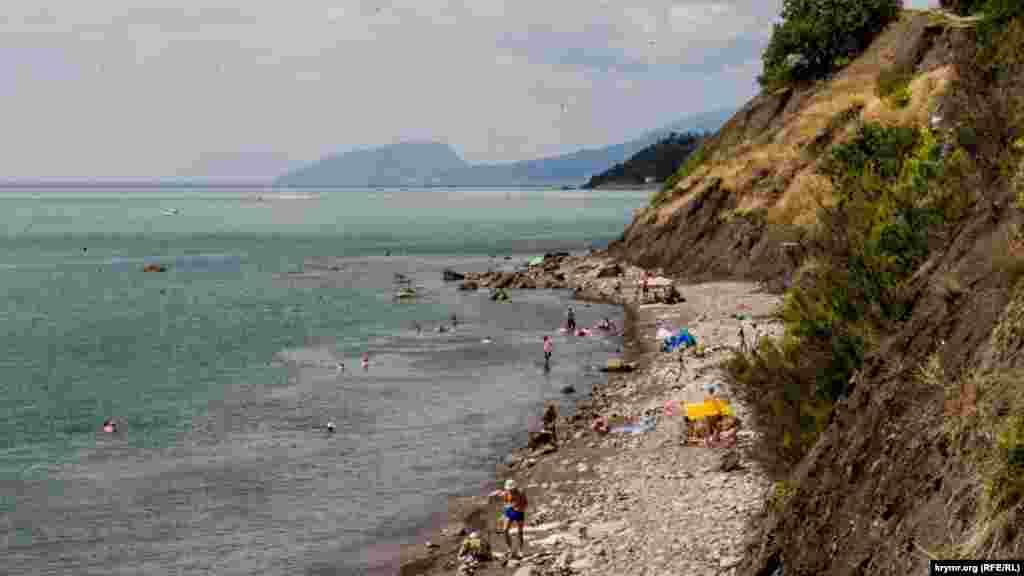 Попасть на этот пляж в Малореченском можно двумя способами: либо спуститься вдоль скал, либо преодолеть сто ступеней по крутому склону