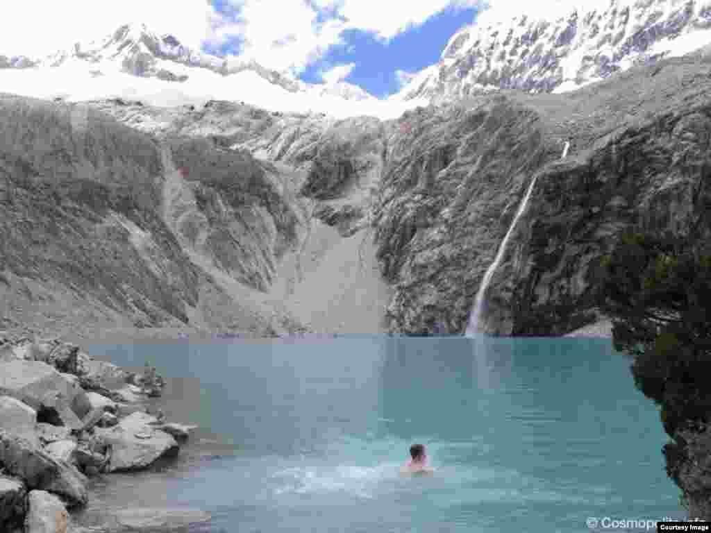 Роман в в ледниковом озере, температура воды +5С, Перу, Южная Америка