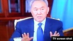 Қазақстан президенті Нұрсұлтан Назарбаев жергілікті тележурналистер сұрағына жауап беріп отыр. 21 желтоқсан, 2014 жыл.