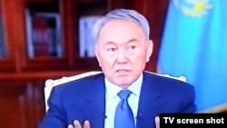 Президент Казахстана Нурсултан Назарбаев во время общения с представителями местных телеканалов. Астана, 21 декабря 2014 года.