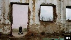 Pamje nga një shkollë e shkatërruar gjatë luftës në fshatin Tërstenik të komunës së Drenasit.