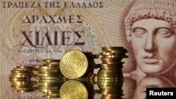 Манеты эўра на фоне старой банкноты Грэцыі ў 1.000 драхмаў, ілюстрацыйнае фота