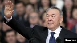 Президент Казахстана Нурсултан Назарбаев на одной из предвыборных акций в Алматы. 18 апреля 2015 года.