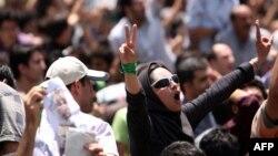 Иранская женщина, участвующая в протесте оппозиции в Тегеране в 2009 году.