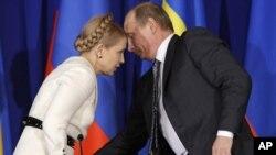 Юлия Тимошенко и Владимир Путин, тогда – премьер-министры своих стран. Москва, апрель 2009 года