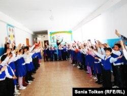 Мектеп оқушылары лездемеде тұр. Қазақстан, 7 ақпан 2011 жыл. (Көрнекі сурет)