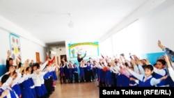 Ученики средней школы № 27 имени Исатая Тайманова. Атырау, 7 февраля 2011 года.