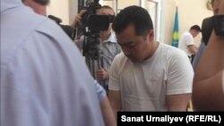 Бывший аким Теректинского района Западно-Казахстанской области Женис Сериккалиев в зале суда. Уральск, 30 мая 2016 года.