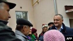 Сайлаушылармен кездесіп тұрған Игорь Додон. Молдова, 25 қазан 2016 жыл.
