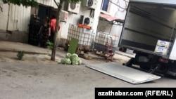 Черный вход в госмагазин, Ашхабад