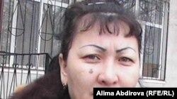 Сымбат Хамзина, пострадавшая от квартирных мошенников, перед зданием городского суда. Актобе, 31 января 2011 года.