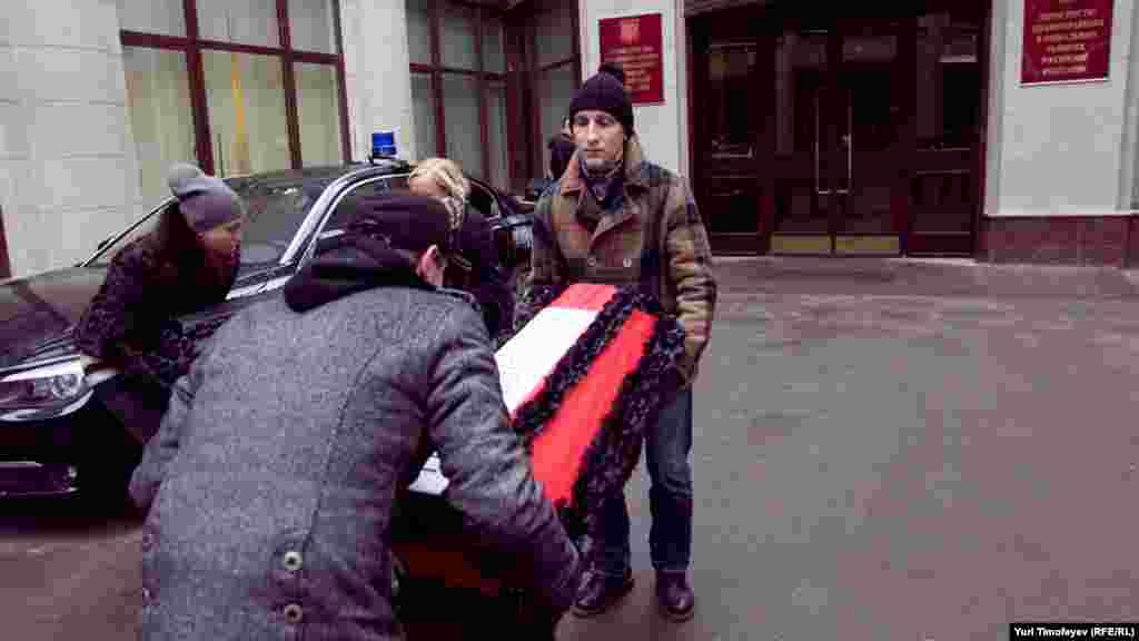 Гробы несли к парадному подъезду Министерства здравоохранения РФ, где их поставили на землю, а участники акции стали над ними почетным караулом.