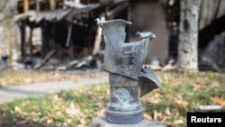 Залишки снаряду біля зруйнованої будівелі у Донецьку, 21 жовтня 2014 року