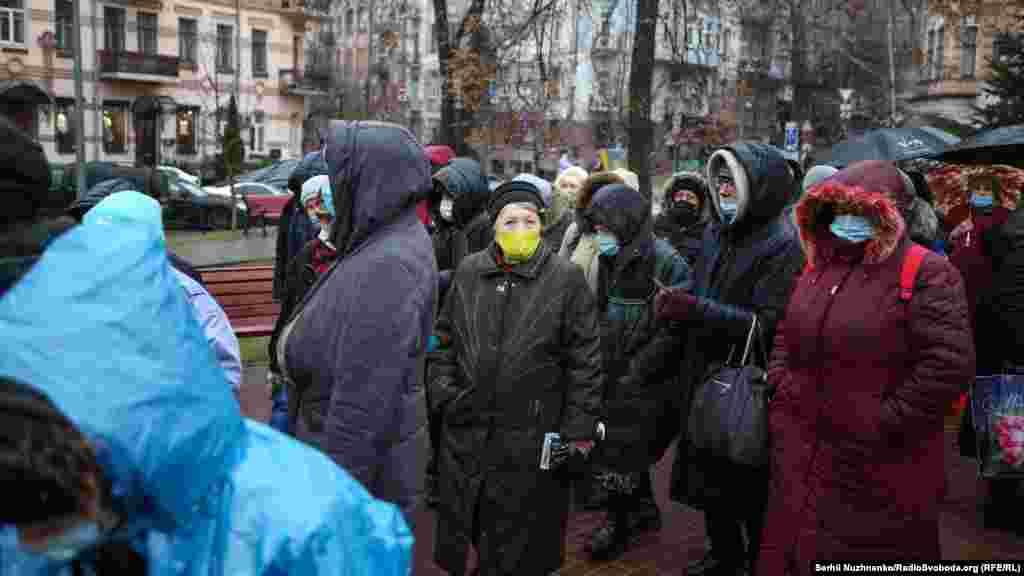 Протягом року волонтери у вільний від роботи час готують їжу і виходять на вулиці міста, щоб підтримати людей у біді