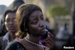 Женщина, плачущая из-за того, что не смогла попасть на прощание с умершим 5 декабря 2013 года Нельсоном Манделой. 13 декабря.