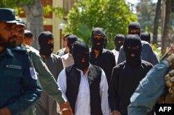 """Пленные боевики группировки """"Исламское государство"""" в афганской провинции Кундуз, рядом с границей с Таджикистаном. Июнь 2017 года"""