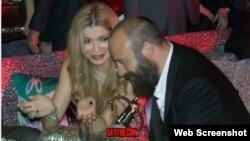 Modalar haftaligida Gulnora Karimova turkiyalik aktyor Xolid Ergench bilan tushgan bu rasm sayyod.com saytidan oldindi.