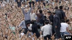 میر حسین موسوی در یکی از راهپیمایی های اعتراضی پس از انتخابات در تهران