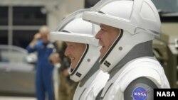 Астронавтите на НАСА Дъглас Хърли (ляво) и Робърт Бенкен се смеят, докато отиват към совалката
