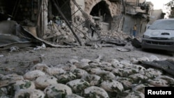 Буханки хліба на землі після чергового бомбардування «повстанської» частини Алеппо сирійською й російською авіацією, 28 вересня 2016 року