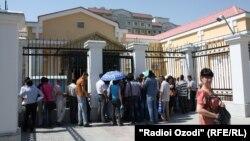 Tacikistanda Rusiya səfriliyi qarşısında növbə.