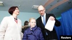 Premierul Ucrainei, Arseni Iațeniuk venit să voteze împreună cu familia