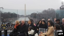 Якшәмбедә Вашингтонның Линкольн үзәге алдында Америка йолдызлары Обама хөрмәтенә концерт бирде. Салкын һава торышына карамастан, анда 75 меңләп кеше килгән