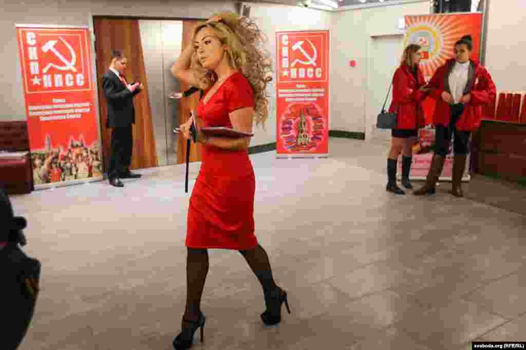 Документи гостям і делегатам з'їзду оформлювали активістки КПБ, вдягнені в червоні сукенки