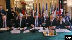 کری (نفر دوم از چپ) و ارو (نفر دوم از راست) در جریان نشست روز شنبه در پاریس