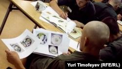 """""""Десанты"""" людей искусства в Можайскую воспитательную колонию - отнюдь не редкость: на фото воспитанники изучают искусство росписи по керамике. Однако возможность стать драматургами им представилась впервые."""
