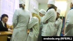 На здымку: датэрміновае галасаваньне ў Віцебскім мэдычным каледжы
