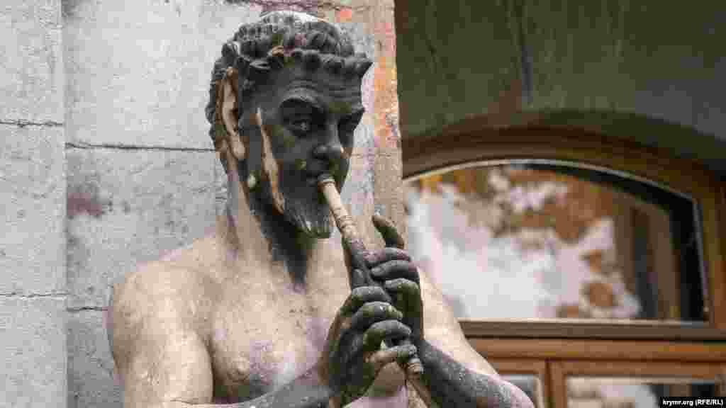 «Сатир, играющий на авлосе»