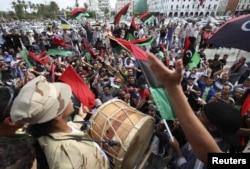 Триполи тұрғындары Муаммар Каддафидің өлімі туралы хабарға қуанып жатыр. 20 қазан 2011 жыл.