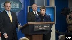 جان برنان (وسط)، مشاور ارشد باراک اوباما در امور تروریسم