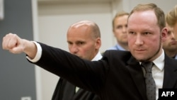 Anders Brejvik podiže pesnicu nakon što mu je sud odredio 21 godinu zatvora, 24. avgust 2012.