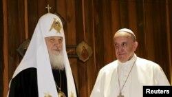 Рим папасы Франциск (оң жақта) және Орыс православ шіркеуінің патриархы Кирилл. Гавана, Куба, 12 ақпан 2016 жыл.