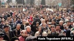 Участники митинга, посвященного ста дням трагедии в Жанаозене. Алматы, 24 марта 2012 года.