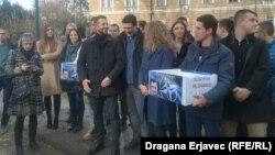 """Predaja potpisa inicijative """"Imam pravo da znam"""" u Sarajevu"""