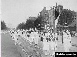 Официальный парад членов Ку-клукс-клана в Вашингтоне в 1928 году