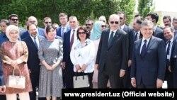 В Бухару турецкого президента Реджепа Тайипа Эрдогана и его супругу Эмине Эрдоган (первая слева) сопровождали президент Узбекистана Шавкат Мирзияев и его супруга Зироатхон Хашимова (вторая слева).