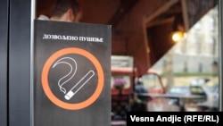 """В Белграде кафе завлекают посетителей сообщениями """"курить разрешено"""""""