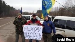 Учасники блокади російських вантажівок у Житомирській області, фото 13 лютого 2016 року