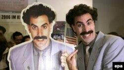 """Британский комик Саша Барон Коэн в образе Бората Сагдиева, главного персонажа фильма """"Борат"""". На германской премьере фильма в Кельне. 11 октября 2006 года."""